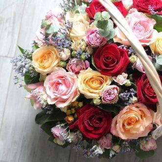 Корзина с розами и статицей